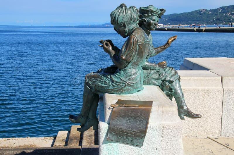 Статуя Le Sartine на портовом районе Триеста в Италии стоковое фото rf