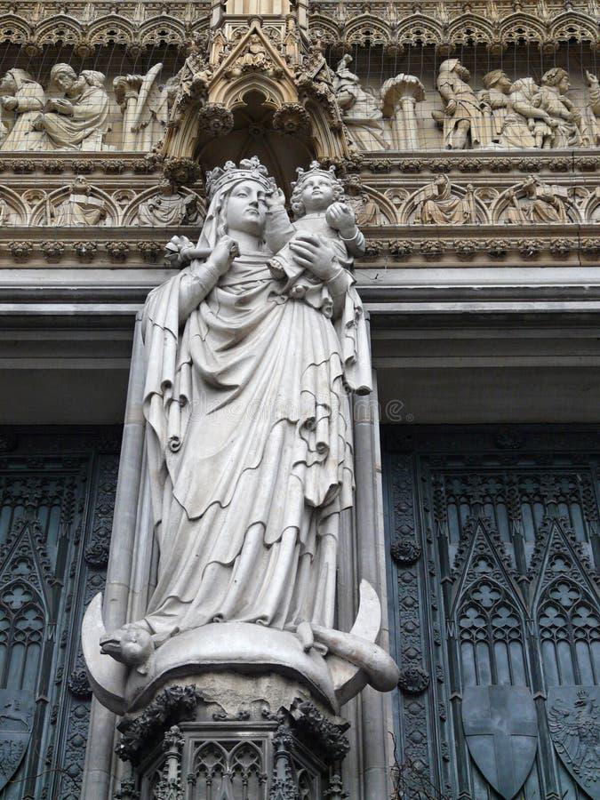 Статуя Madonna с младенцем стоковое изображение