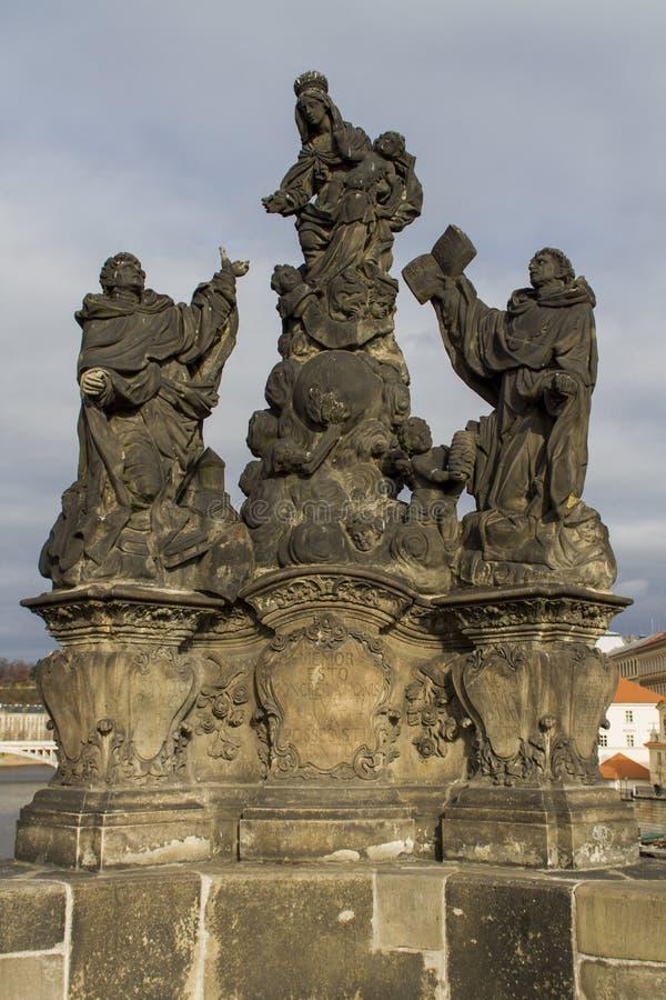 Статуя Madonna, St Dominic и Фома Аквинского на Чарльзе стоковое изображение