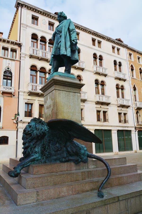 Статуя Manin и лев бронзы, в Венеции, Европа стоковая фотография rf