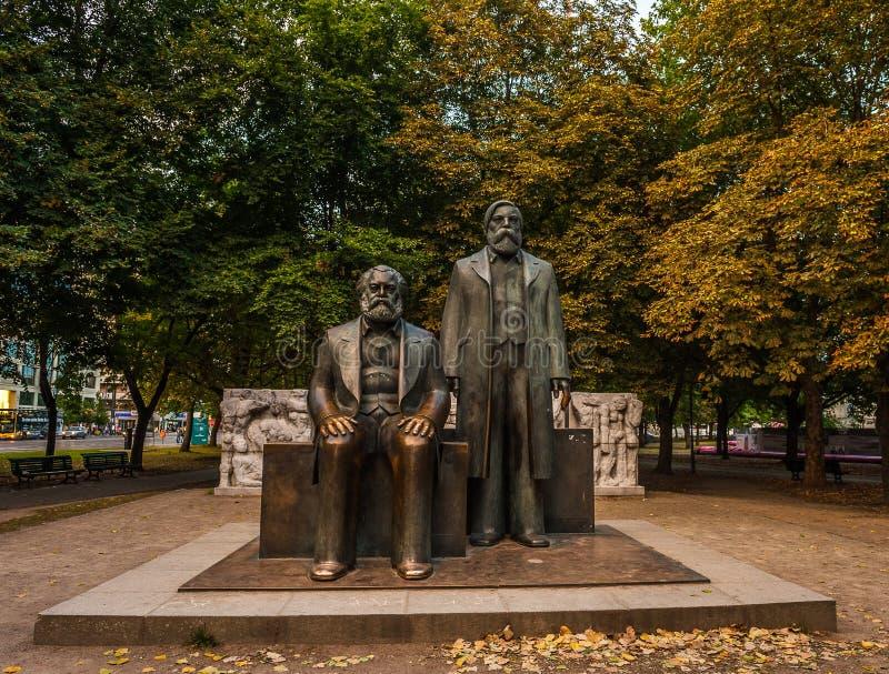 Статуя Marx и Энгельса в Берлине стоковое фото rf