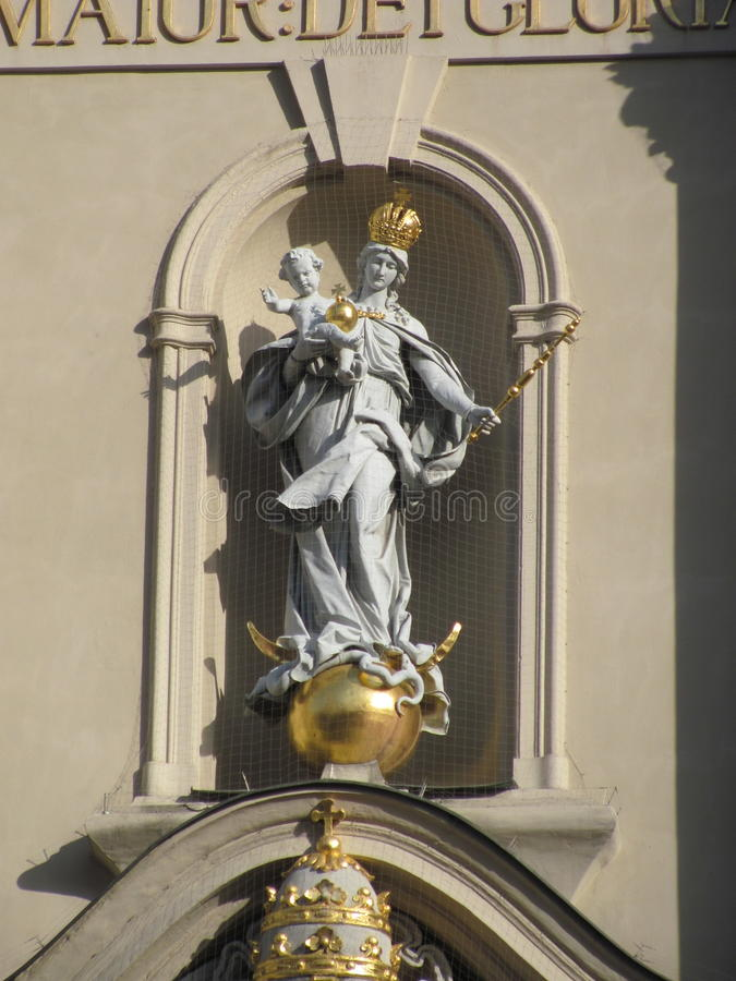 Статуя Mary и младенца Иисуса стоковая фотография rf