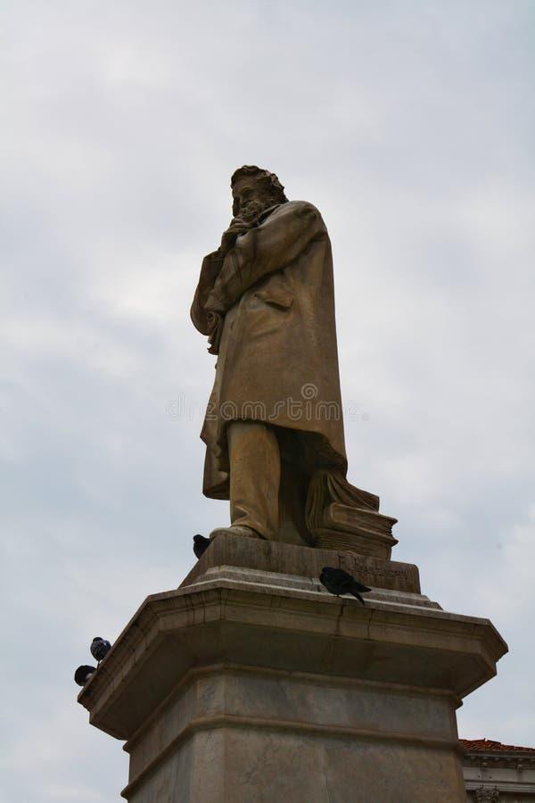 Статуя Nicolo Tommaseo и голуби, Венеция, Европа стоковые фотографии rf