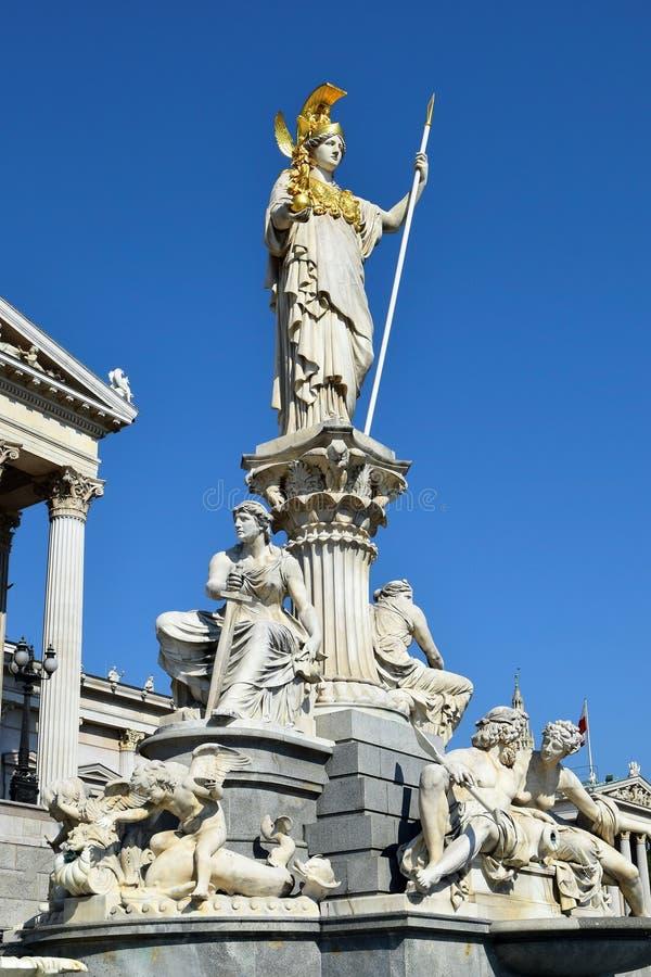 Статуя Pallas Афины перед парламентом в вене, Австрии стоковые изображения rf