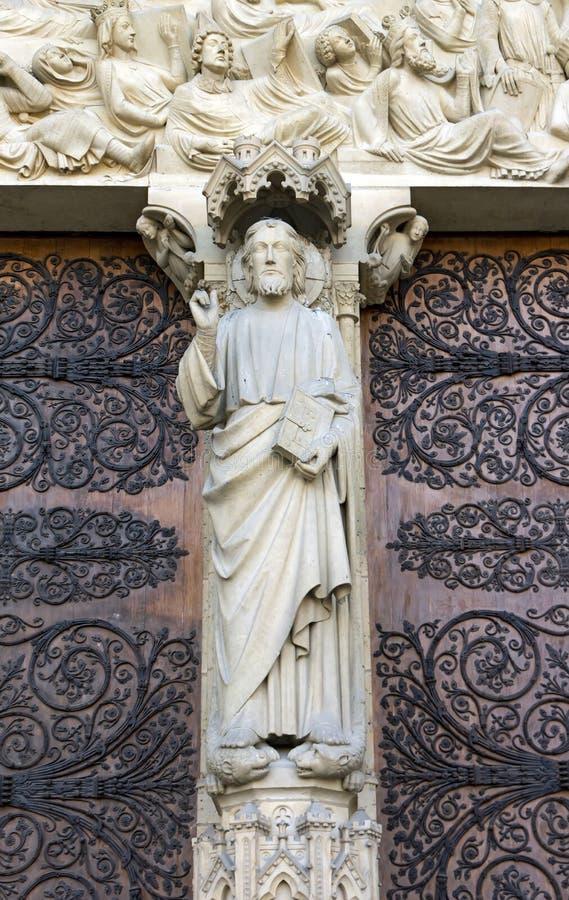 статуя paris notre dame de jesus стоковое изображение rf