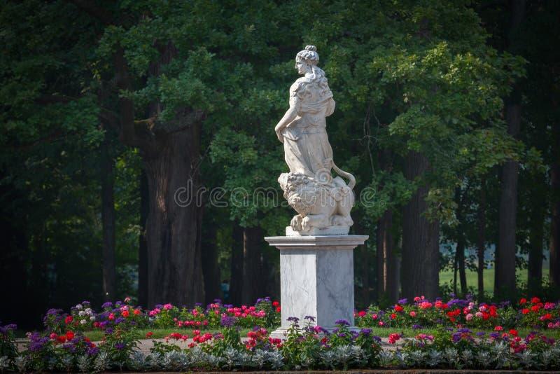 Статуя Pax, сад дворца Павловска Взгляд собора Андрюа апостола Россия стоковые изображения