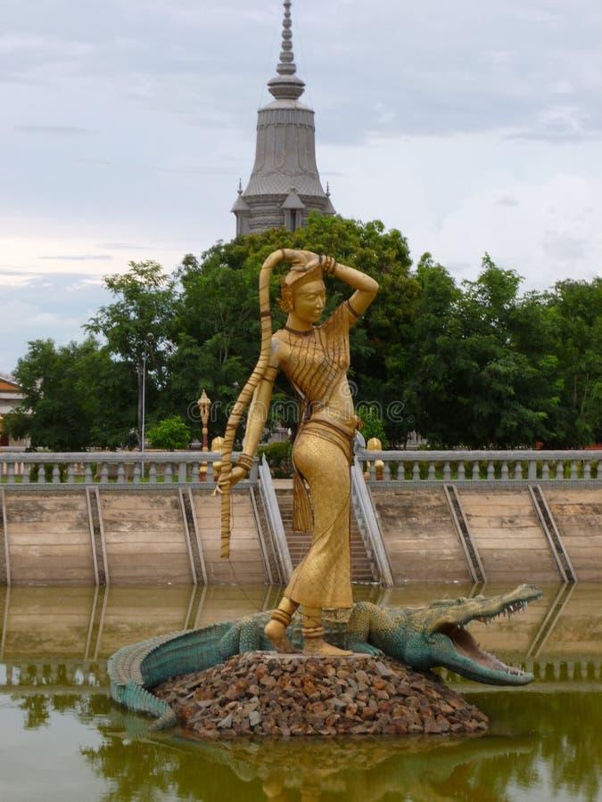 Статуя Phra Mae Thorani на буддийском монастыре в Oudong Камбодже стоковое изображение