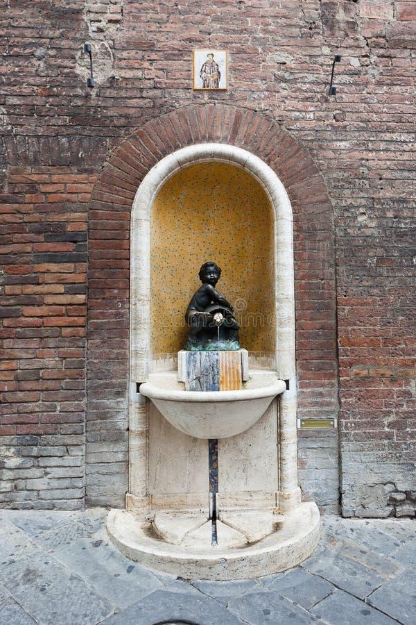 Статуя putto весны воды, Сиена, Тоскана, Италия стоковое фото