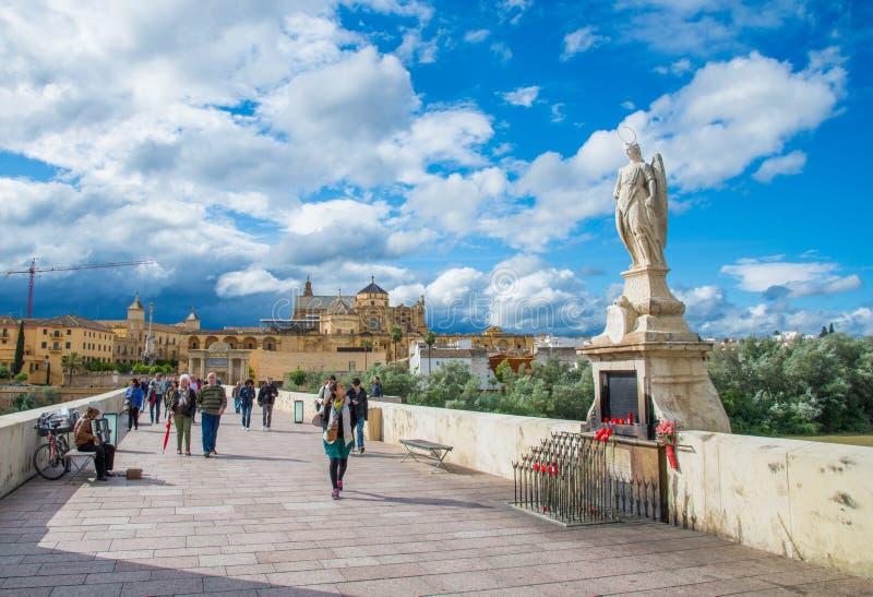 Статуя Raphael на римском мосте, Cordoba, Андалусии стоковые фото