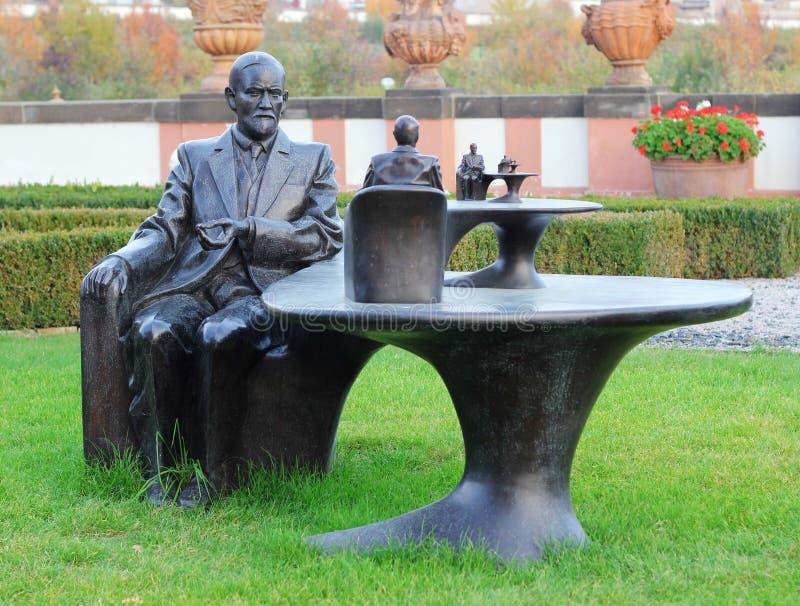 статуя sigmund freud стоковые фотографии rf