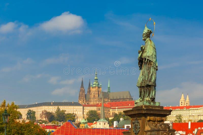 Статуя St. John Nepomuk, Праги, чехии стоковые изображения