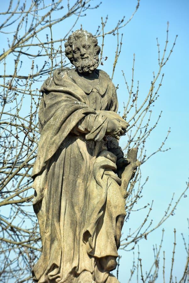 Статуя St Jude Thaddeus на Карловом мосте в Праге стоковое фото rf