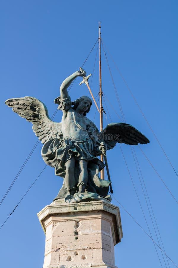 Статуя St Michael стоковая фотография rf