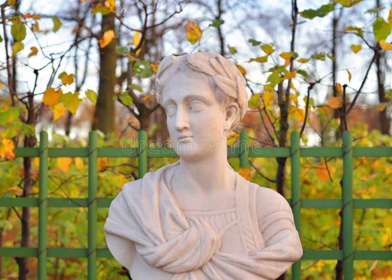 Статуя Tiberius Жулиус Чаесар Augustus в саде лета стоковое изображение rf