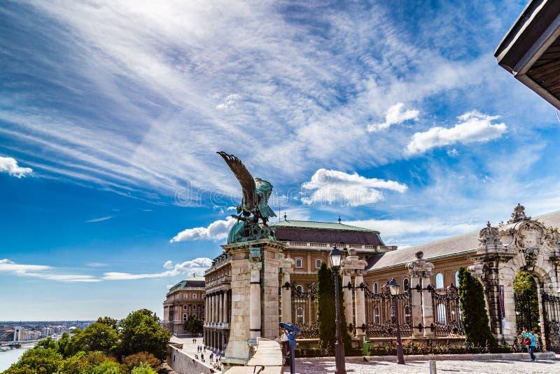 Статуя Turul на перилах замка Buda стоковая фотография