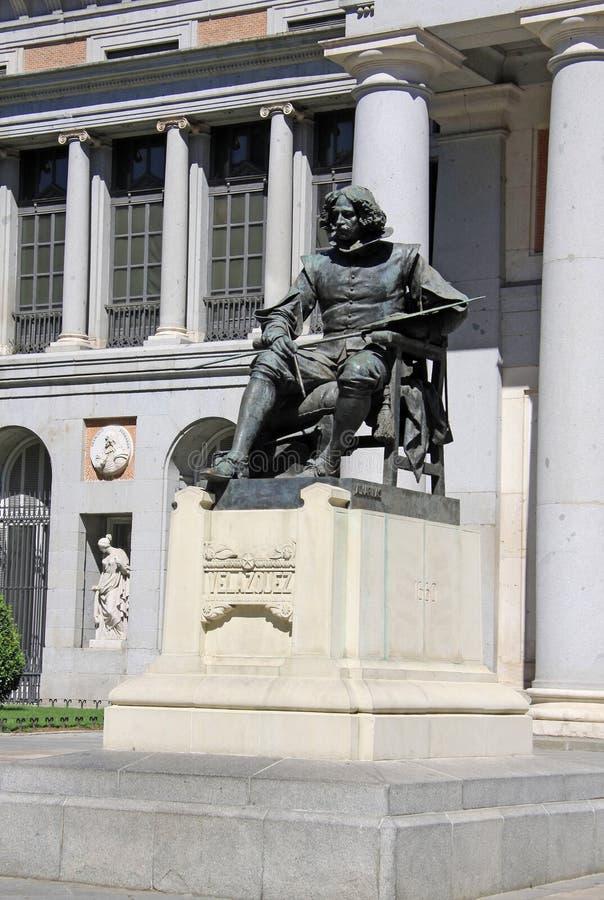 Статуя Velazquez перед национальным музеем Prado в Мадриде, Испании стоковые фото