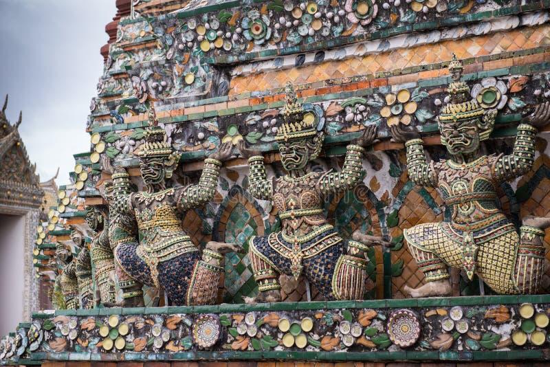 Статуя Wat Arun в Бангкоке стоковое фото
