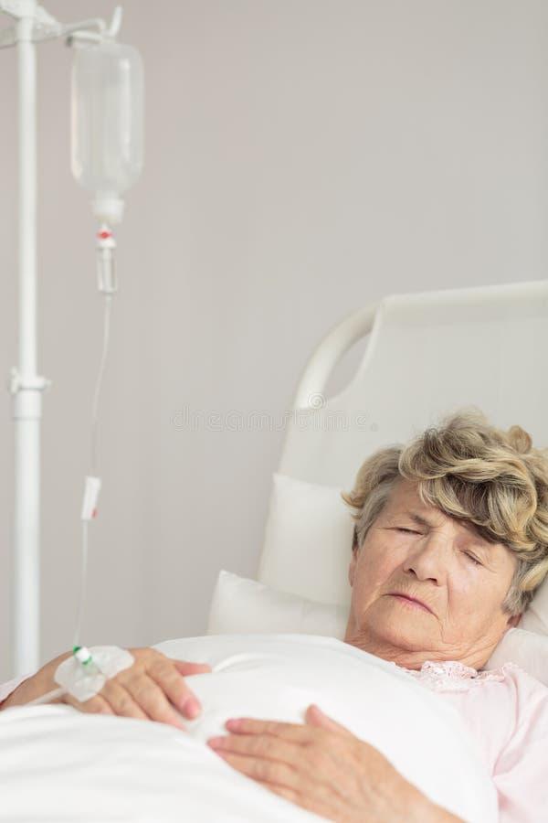 Стационарный больной во время внутривенной терапии стоковые фотографии rf