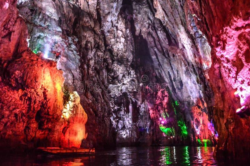 Сталактиты в пещерах стоковое изображение