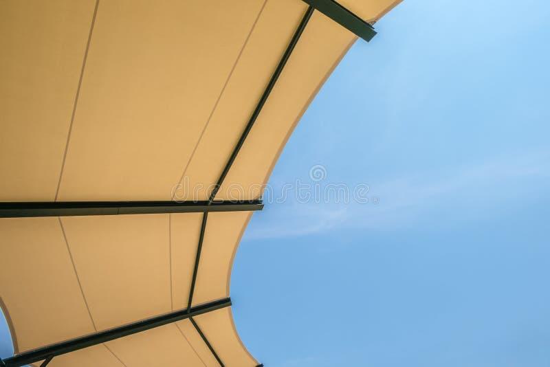 Стадион структуры крыши ткани с небом стоковое фото rf