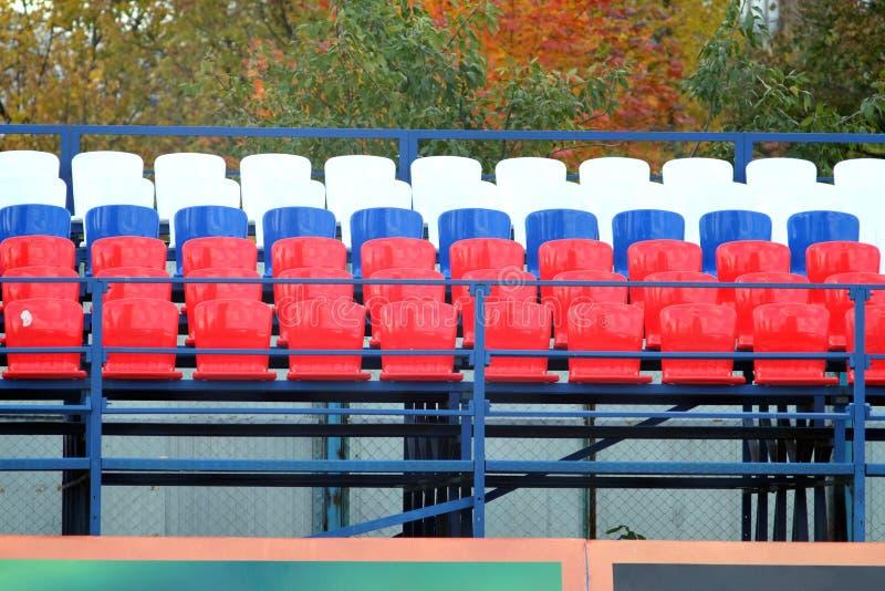 Стадион трибуны с много мест цвета стоковые изображения