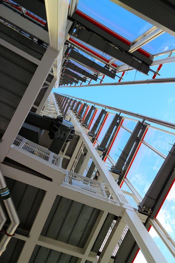 Download Стальная и стеклянная архитектура здания Стоковое Изображение - изображение насчитывающей отражения, дело: 41655305