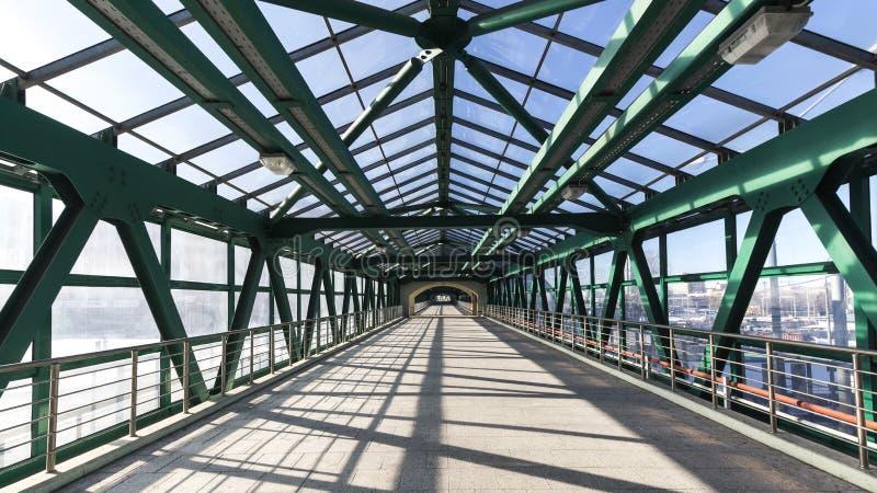 стальной пешеходный мост стоковая фотография rf