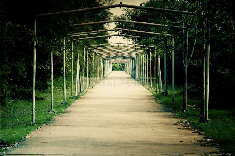 Стальной тоннель на дороге до конца стоковые фото