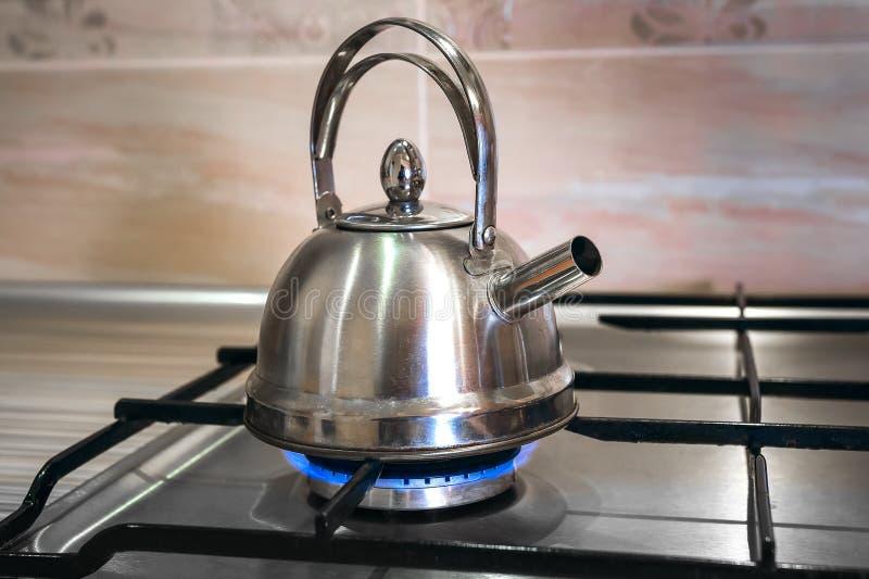 Стальной чайник на газе стоковая фотография rf
