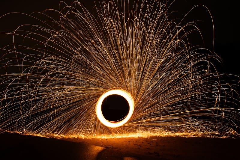 Стальные шерсти закручивая, предпосылка конспекта концепции ливня огня стоковая фотография rf