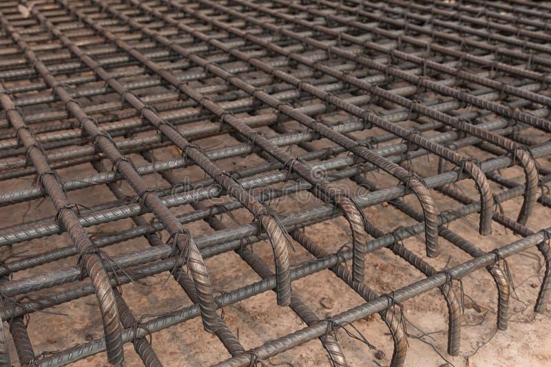 Стальные штанги используемые внутри усиливают бетон конструкции стоковое изображение rf