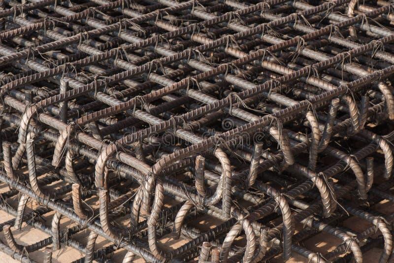 Стальные штанги используемые внутри усиливают бетон стоковые фотографии rf