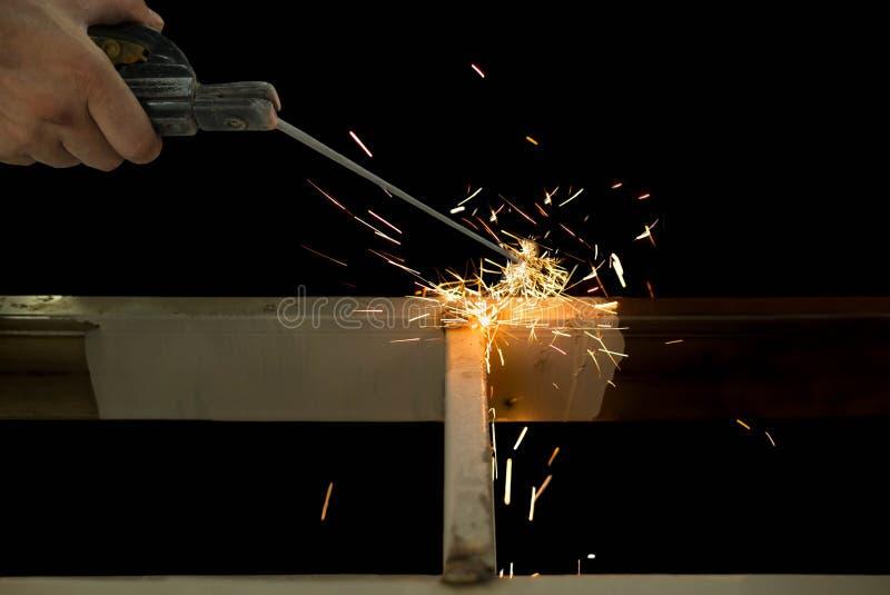 Сталь заварки человека в изолированной строительной площадке стоковое фото