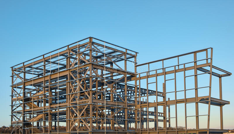 Сталь - обрамленное здание под конструкцией стоковые фотографии rf