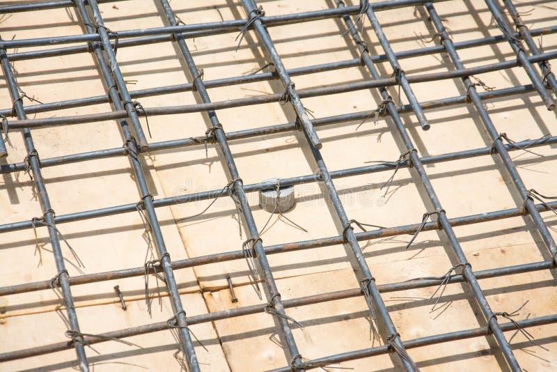 Сталь ячеистой сети на поле на строительной площадке стоковое изображение rf