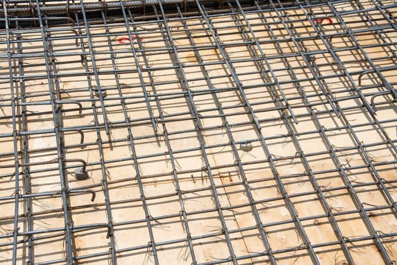 Сталь ячеистой сети на поле на строительной площадке стоковое фото