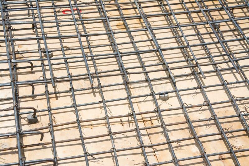 Сталь ячеистой сети на поле на строительной площадке стоковые фото