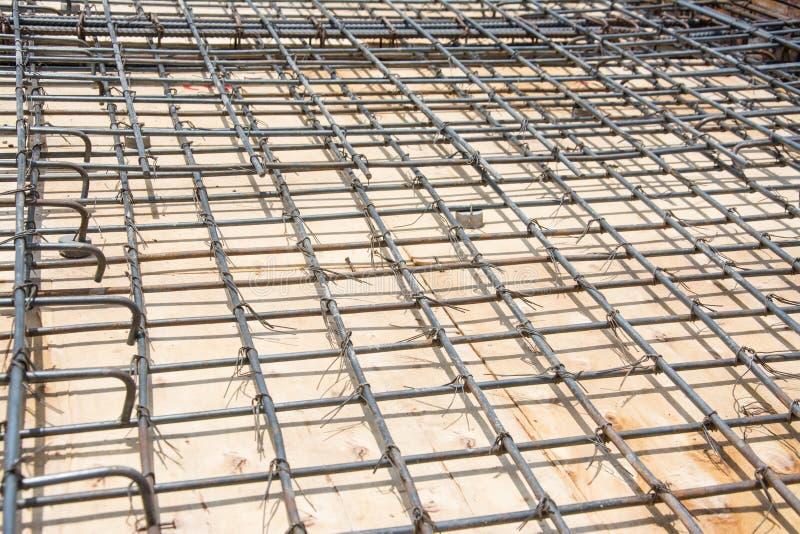 Сталь ячеистой сети на поле на строительной площадке стоковые изображения rf