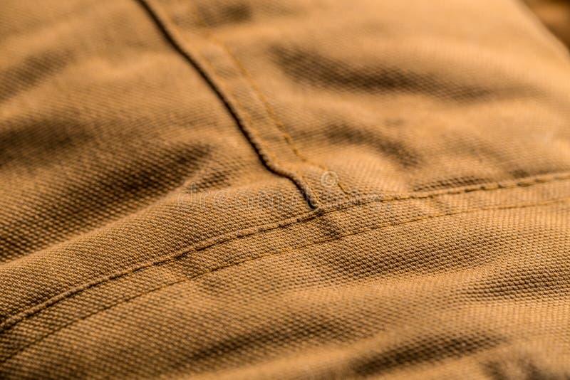 Стежок на коричневом пальто стоковая фотография