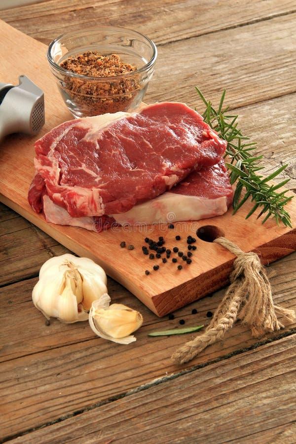 стейки говядины сырцовые стоковые изображения
