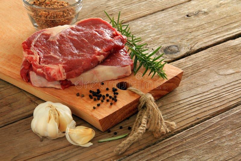 стейки говядины сырцовые стоковое изображение