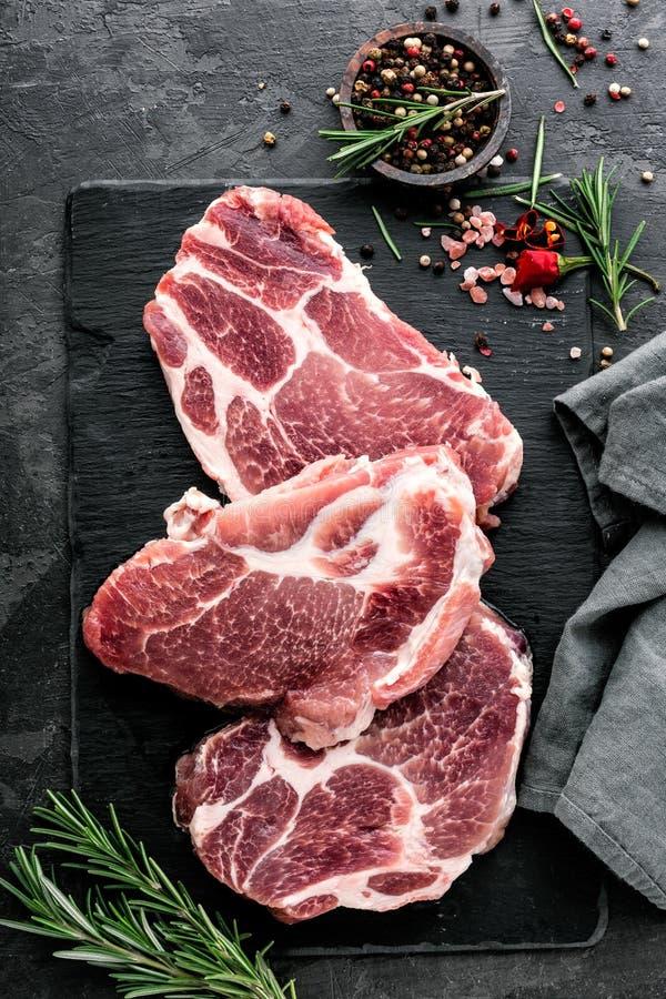 Стейки от сырцового мяса свинины стоковые изображения