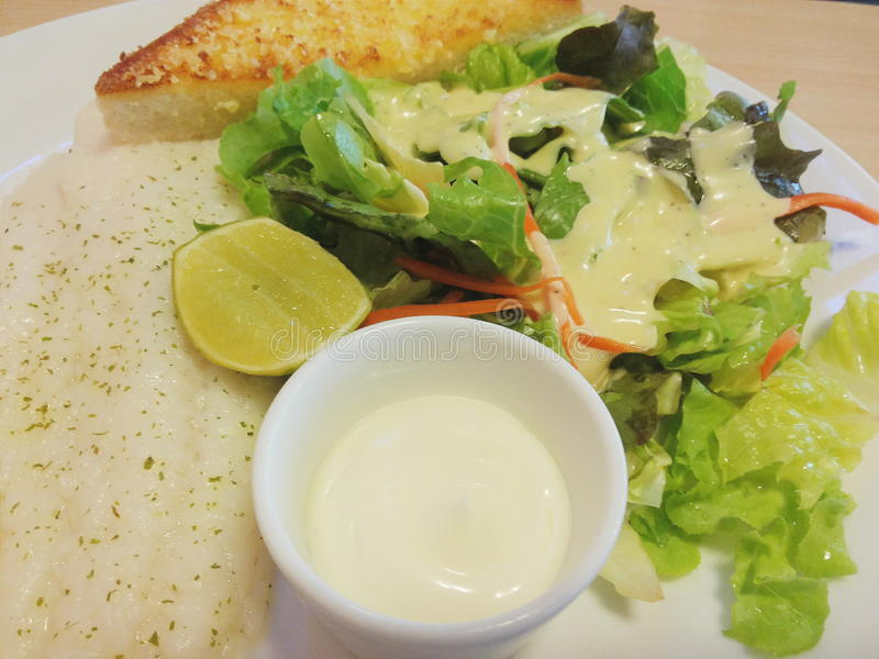 Стейки рыб тележки и vegetable салат стоковое изображение rf