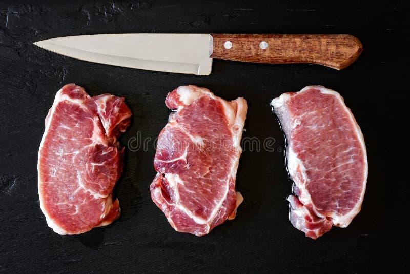 стейки свинины сырцовые стоковые изображения