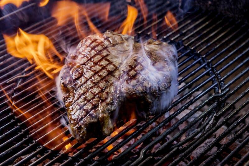 Стейк бифштекса на углях стоковое фото rf