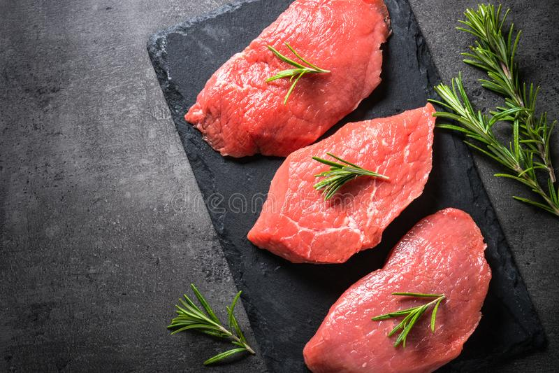 Стейк говядины с розмариновым маслом и специями на черной предпосылке стоковое изображение rf