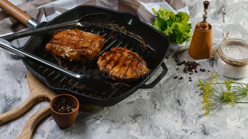 Стейк говядины с розмариновым маслом хворостины с розмариновым маслом свежим o осмотрел сверху в конце вверх по взгляду стоковые фото
