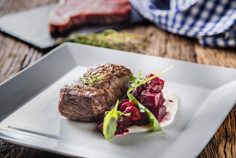 Стейк говядины с украшением бураков и травы Стейк говядины дальше plat стоковые изображения rf