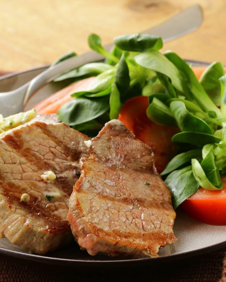 Стейк говядины зажженный с свежим салатом стоковая фотография