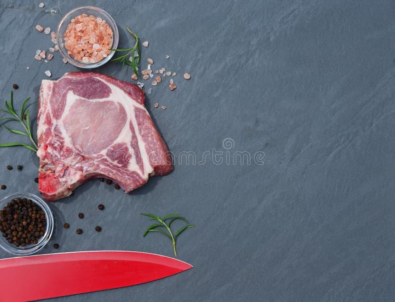 Стейк и нож свежего мяса на столешнице стоковые фото
